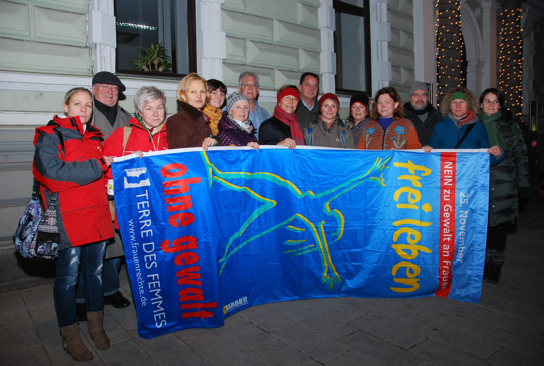 """Frei leben ohne Gewalt - Fahnenhissung """"Frei leben ohne Gewalt"""" vorm Perger Stadtamt"""