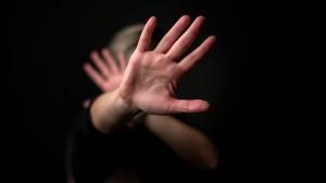 Häusliche Gewalt: Wie sich Betroffene schützen können - in 7 Sprachen Betroffene und alle am Thema Interessierte können sich hier anonym informieren! www.gewaltschutz.info